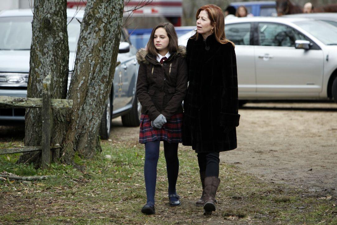 Megan (Dana Delany, r.) ist glücklich, wieder mehr Zeit mit ihrer Tochter Lacey (Mary Mouser, l.) verbringen zu können ... - Bildquelle: 2010 American Broadcasting Companies, Inc. All rights reserved.