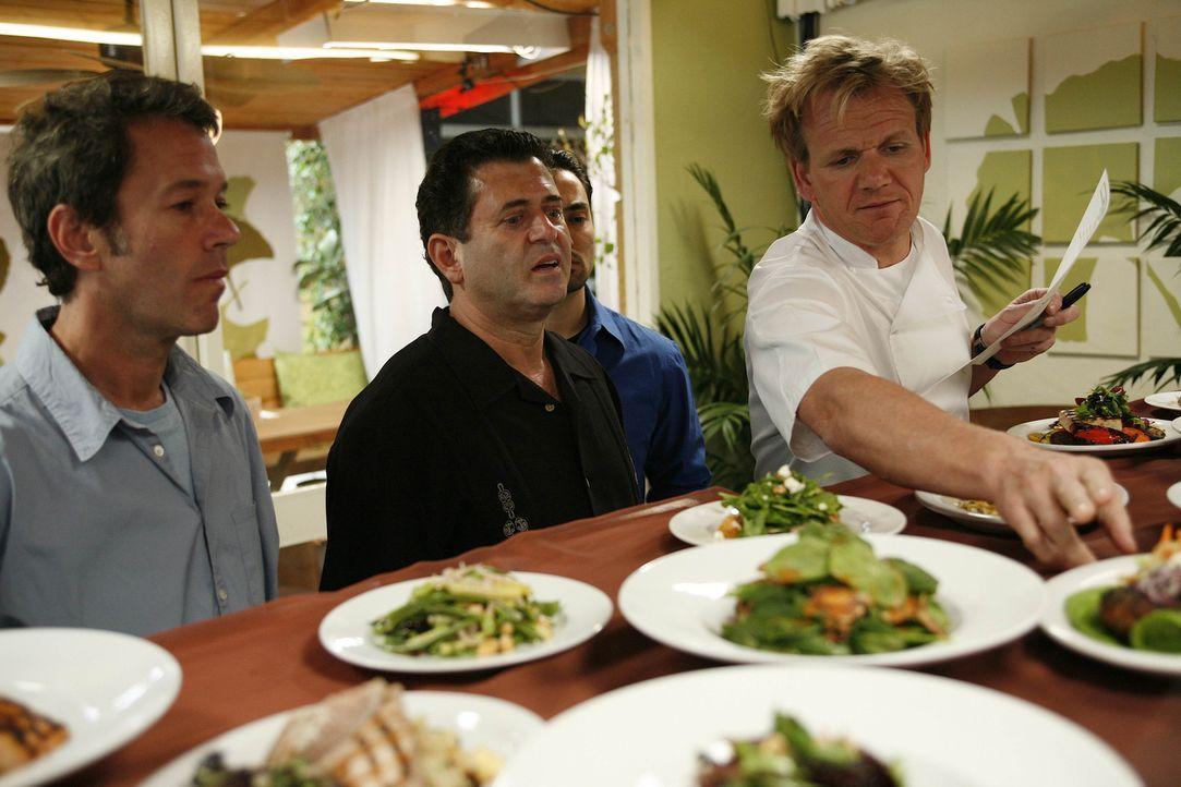 Ein vermeintliches Bio-Restaurant in L.A. braucht dringend die Hilfe des Sternekochs Gordon Ramsay (r.) ... - Bildquelle: Fox Broadcasting. All rights reserved.