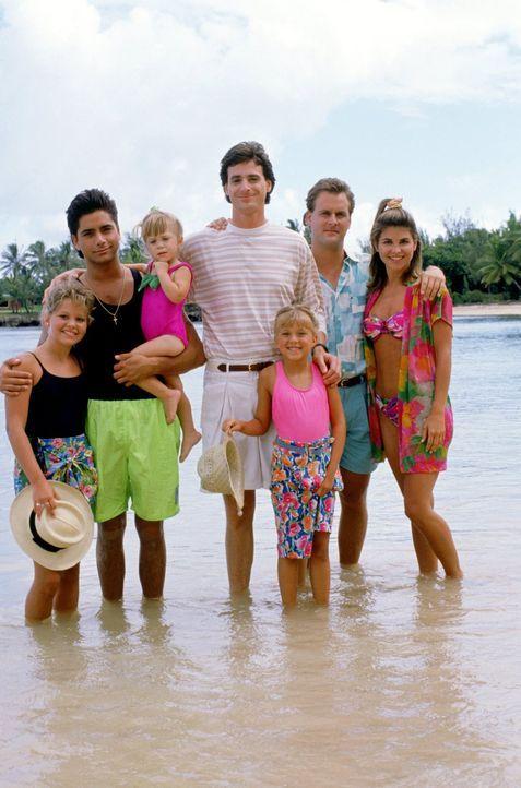 Danny (Bob Saget, M.) lädt D.J. (Candace Cameron, l.), Jesse (John Stamos, 2.v.l.), Michelle (Mary-Kate/Ashley Olsen, 3.v.r.), Stephanie (Jodie Swee... - Bildquelle: Warner Brothers Inc.