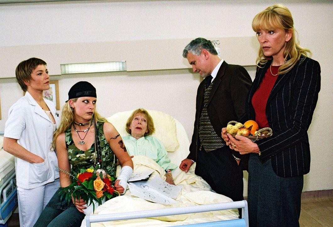 Stephanie (Claudia Schmutzler, l.) hat herausbekommen, dass Marlous' (Diana Amft, 2.v.l.) Eltern, Maria (Christine Reinhart, r.) und Karl-Heinz Breu... - Bildquelle: Monika Schürle Sat.1