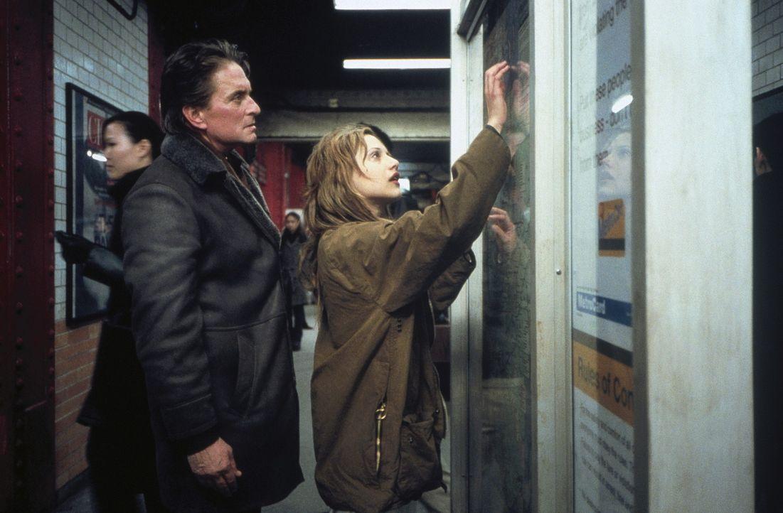 Gemeinsam nehmen Psychiater Dr. Nathan Conrad (Michael Douglas, l.) und seine schwer gestörte Patientin Elisabeth (Brittany Murphy, r.) den Kampf g... - Bildquelle: 20th Century Fox Film Corporation
