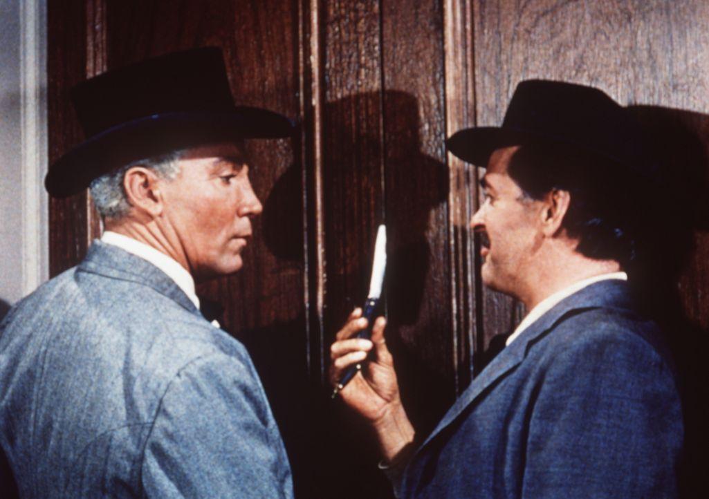 Geschäftsmann Kyle (Cameron Mitchell, l.) lässt sich mit dem Falschspieler Regis (Stacy Harris, r.) ein ... - Bildquelle: Paramount Pictures