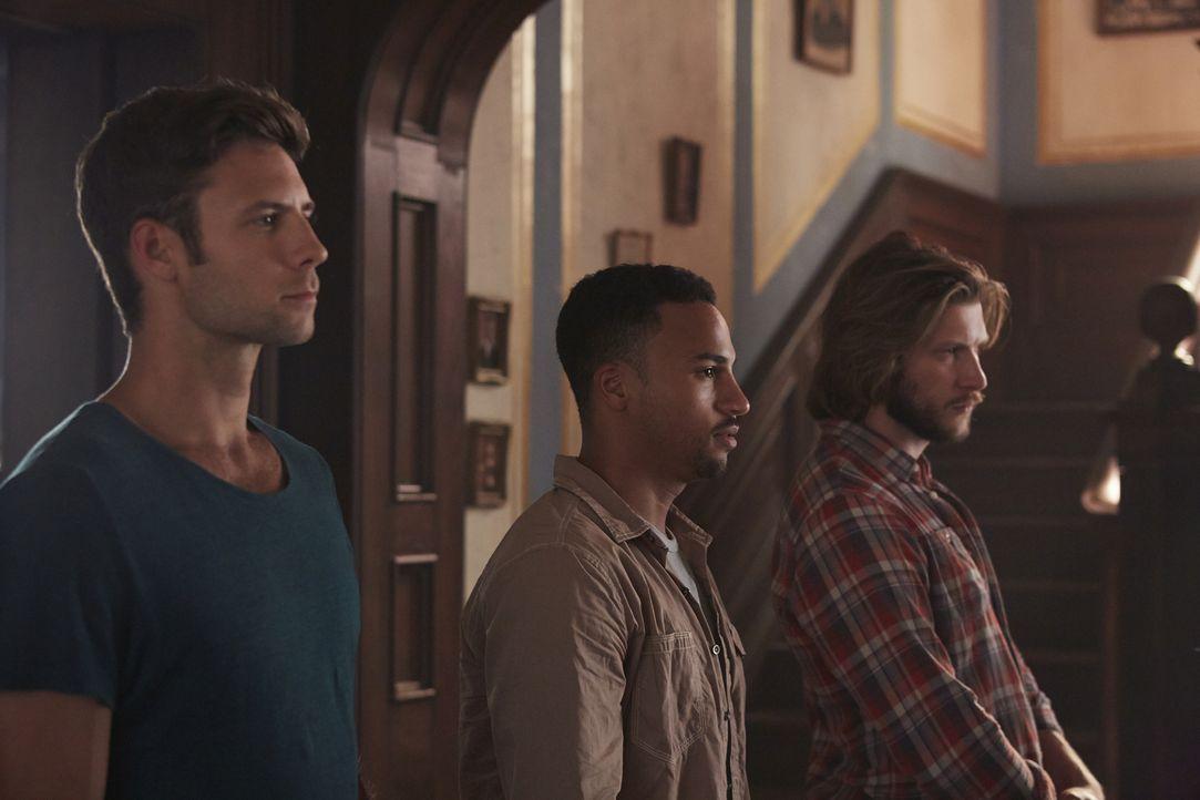 Müssen mit den Hexen eine Allianz eingehen: Nick (Steve Lund, l.), Logan (Michael Xavier, M.) und Clay (Greyston Holt, r.) ... - Bildquelle: 2015 She-Wolf Season 2 Productions Inc.