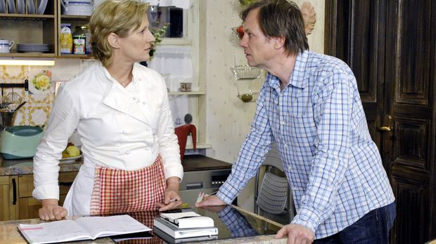 Susanne (Heike Jonca, l.) macht Armin (Rainer Will, r.) Vorwürfe, dass er hin...