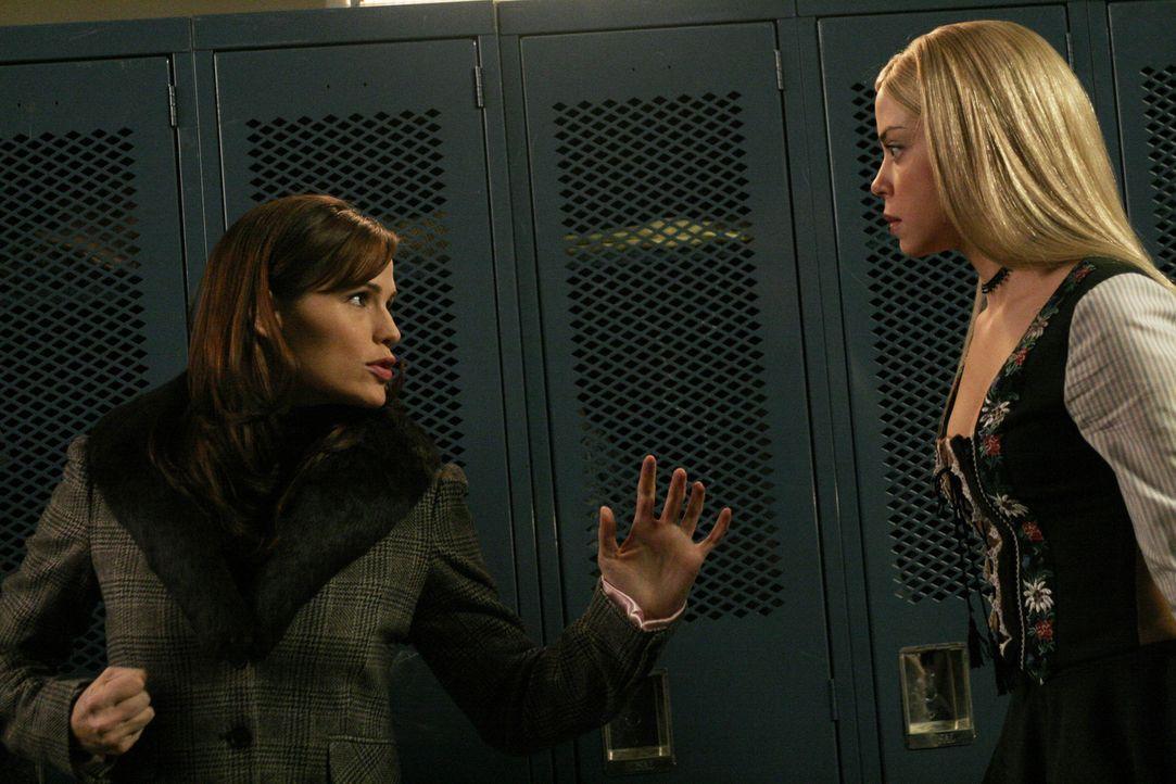 Um weiterhin undercover nach Vaughns Vater suchen zu können, muss Sydney (Jennifer Garner, l.) eine junge Frau (Zena Leigh, r.) außer Gefecht setz... - Bildquelle: Touchstone Television