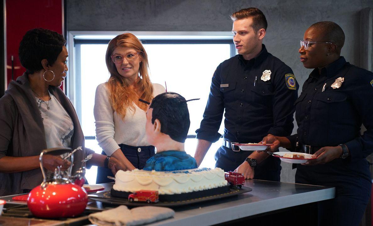 Als Abby (Connie Britton, 2.v.l.) zu einer Party im Fire Department kommt, machen Athena (Angela Bassett, l.) und Hen (Aisha Hinds, r.) Buck (Oliver... - Bildquelle: 2018 Fox and its related entities.  All rights reserved.