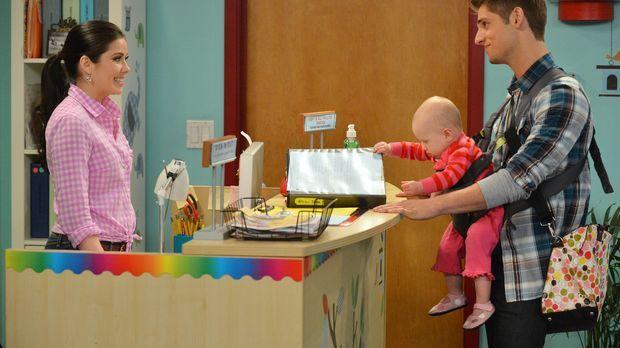 Ben (Jean-Luc Bilodeau, r.) muss dringend einen Kindergarten für Emma (Mila u...