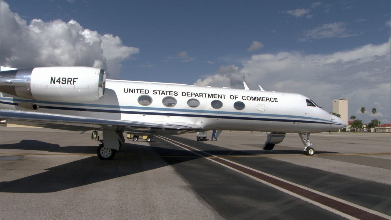 Ruhe vor dem Sturm: Der Hurrikan Jäger P-3 Orion kann direkt in einen Hurrikan fliegen und im Auge des Wirbelsturms aufschlussreiche Aufnahmen liefe... - Bildquelle: EXPLORATION PRODUCTION INC./DISCOVERY
