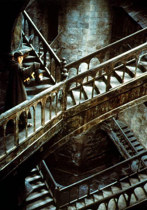 Adson (Christian Slater) hat sich in dem weitläufigen Klosterlabyrinth verirrt ... - Bildquelle: Constantin Film