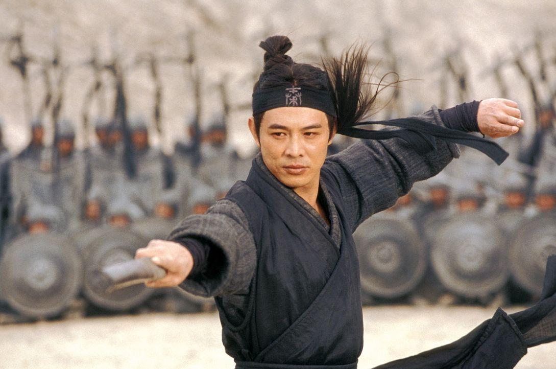 Eines Tages behauptet ein namenloser Held (Jet Li), alle drei, unbezwingbar scheinenden Gegner König Qins im Kampf besiegt zu haben ... - Bildquelle: Constantin Film