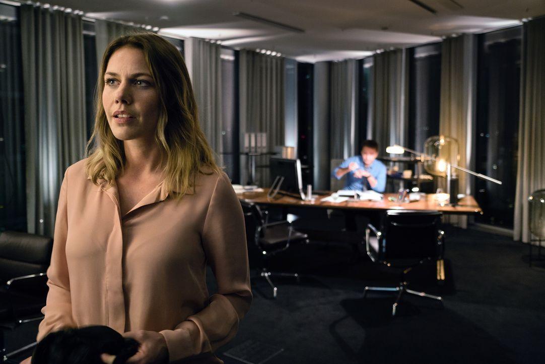 Als Charlotte (Felicitas Woll) den Kampf gegen den Betreiber der Plattform aufnimmt, muss sie schnell erkennen, dass sie von außen keine Hilfe erhal... - Bildquelle: Arvid Uhlig SAT.1/ Arvid Uhlig