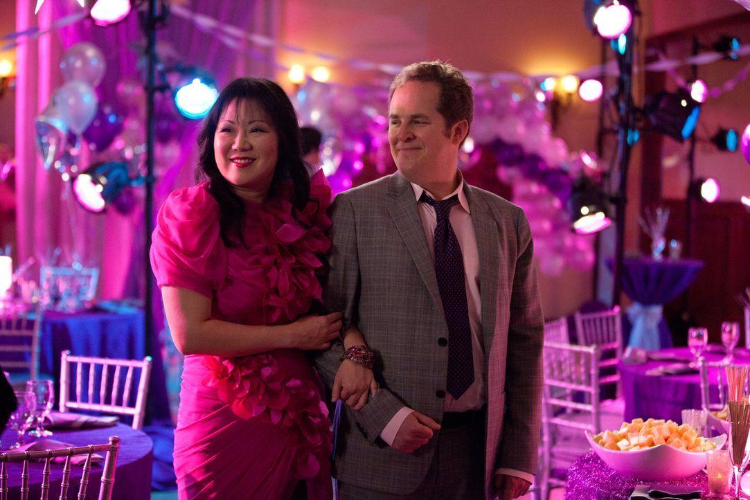 Teri (Margaret Cho, l.) amüsiert sich großartig auf dem Abschlussball, den Jane für zwei Schülerinnen organisiert, weil diese aufgrund ihrer sex... - Bildquelle: 2011 Sony Pictures Television Inc. All Rights Reserved.