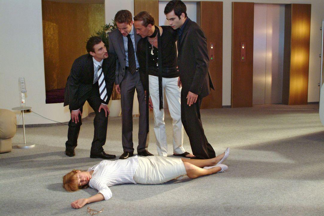 Lisa (Alexandra Neldel, vorne) wird versehentlich von David (Mathis Künzler, r.) niedergeschlagen, als sie versucht, die Prügelei zwischen ihm und R... - Bildquelle: Monika Schürle Sat.1
