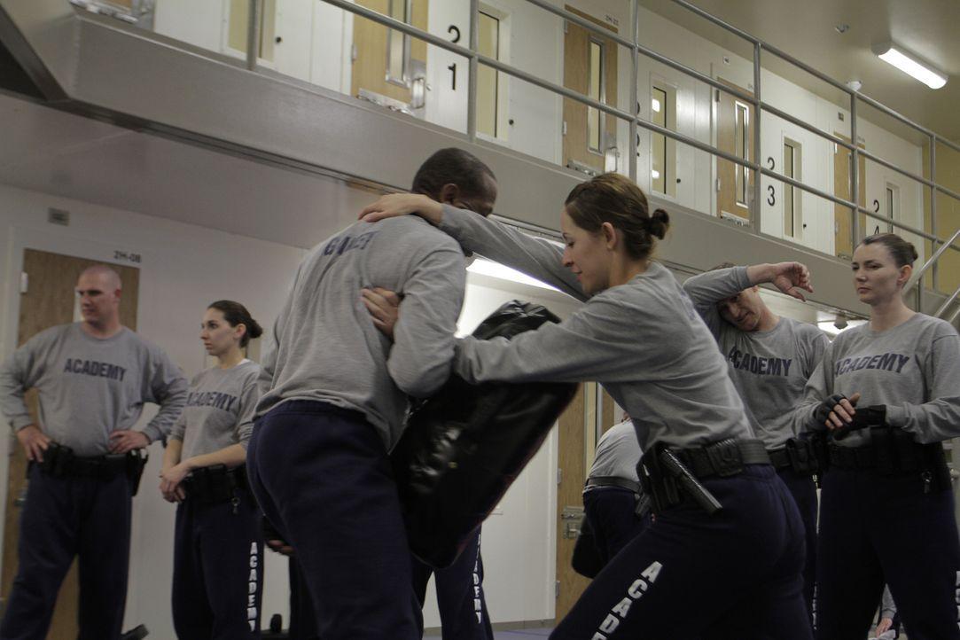 Angehende Justizvollzugsangestellte lernen während ihrer Ausbildung Selbstverteidigung und Kampfsporttechniken ... - Bildquelle: Gregory Henry National Geographic Channels
