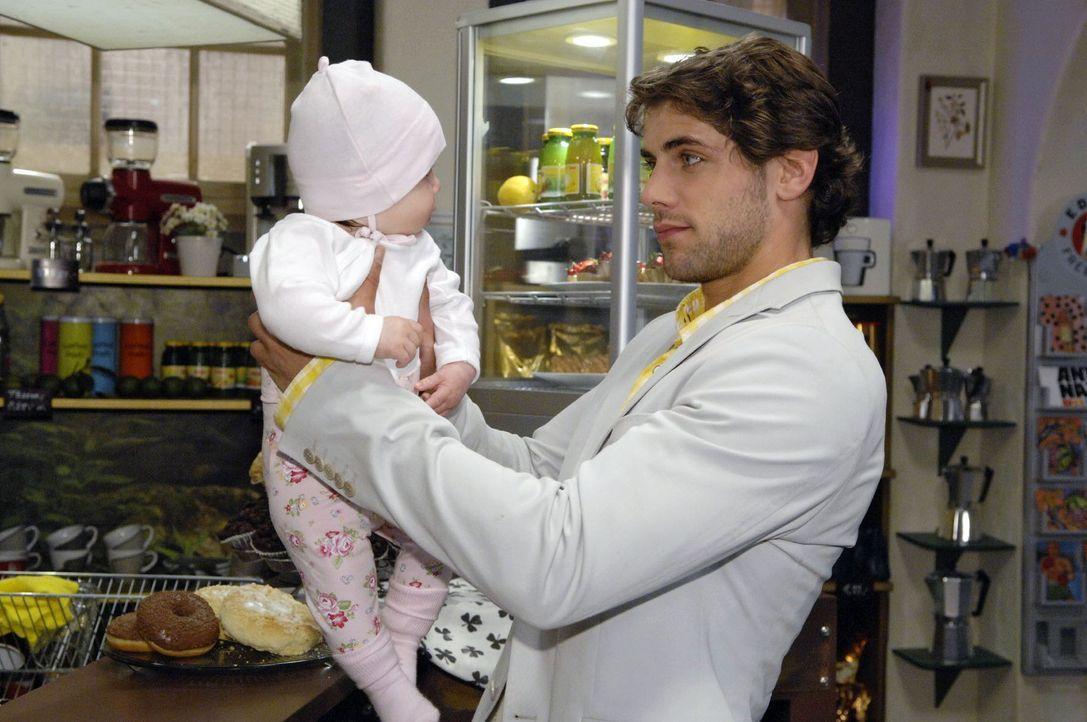 Als er Pia (Marlene Thiele, l.) in den Armen hält, wird Jonas (Roy Peter Link, r.) bewusst, dass er selbst bald Vater sein wird. - Bildquelle: Sat.1