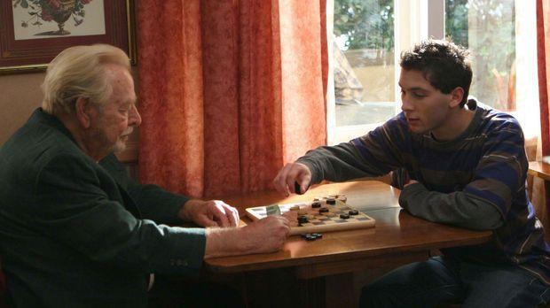 Reese (Justin Berfiled, r.) hat einen Job in einem Altersheim. Dort gefällt e...