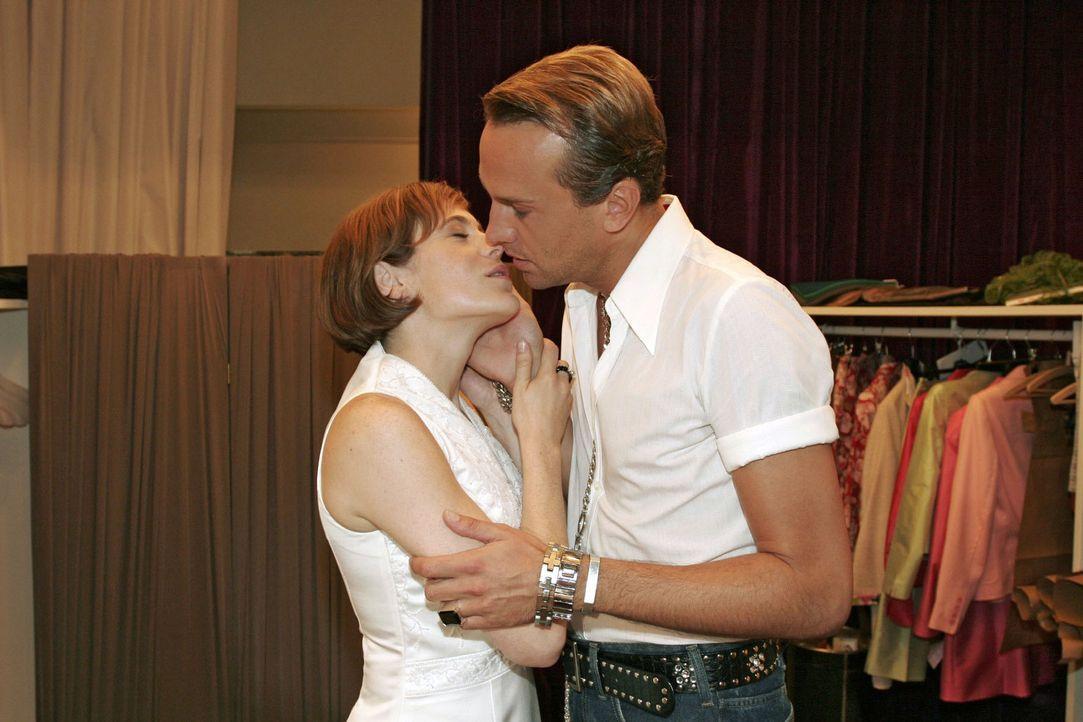 Britta (Susanne Berkhemer, l.) muss Hugo (Hubertus Regout, r.) einfach küssen. - Bildquelle: Noreen Flynn Sat.1