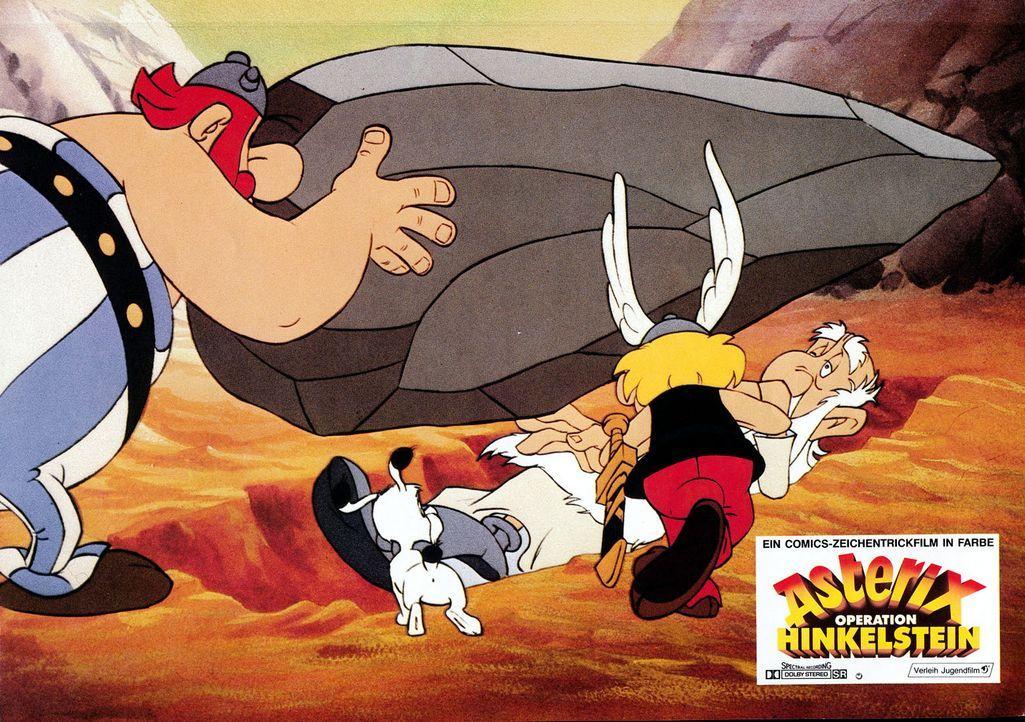Das Drama ist passiert und nimmt seinen Lauf. Obelix (l.) hat den Druiden Miraculix (r.) versehentlich mit einem Hinkelsteinwurf außer Gefecht geset... - Bildquelle: Jugendfilm-Verleih GmbH