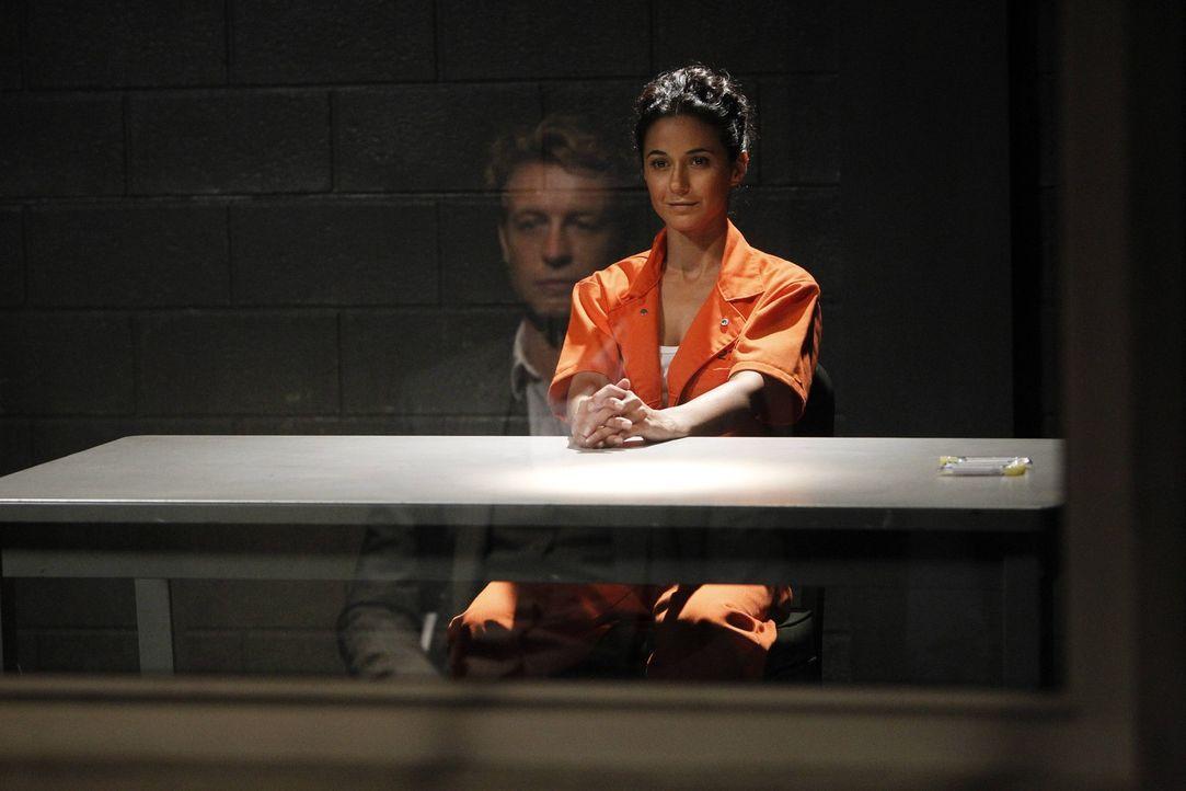Während Patrick (Simon Baker, l.) versucht, die Verbindung zwischen Lorelei (Emmanuelle Chiquri, r.) und Red John zu entschlüsseln, sieht sich das... - Bildquelle: Warner Bros. Television