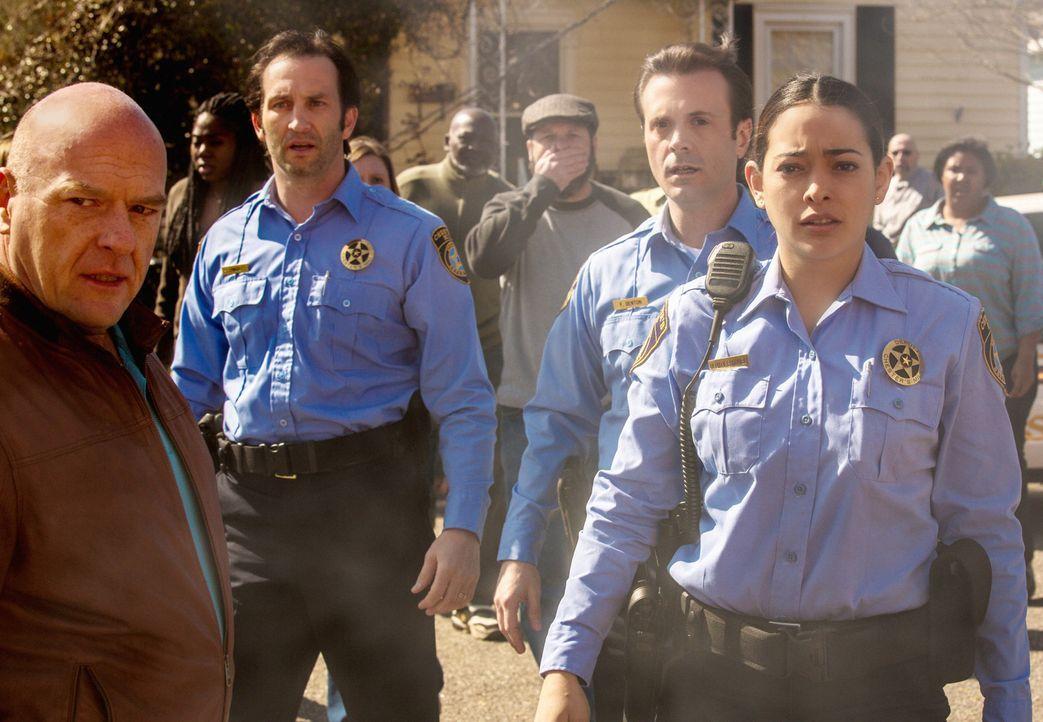 """Während Linda (Natalie Martinez, r.) um ihren Kollegen, Duke trauert, hat """"Big Jim"""" (Dean Norris, l.) irgendwas zu verbergen. Doch was nur? - Bildquelle: 2013 CBS Broadcasting Inc. All Rights Reserved"""