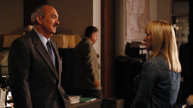Allison (Patricia Arquette, r.) erzählt Devalos (Miguel Sandoval, l.) von ihr...