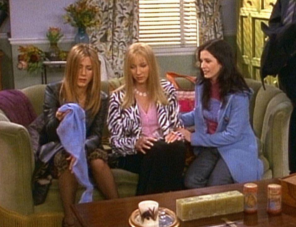 Rachel (Jennifer Aniston, l.), Phoebe (Lisa Kudrow, M.) und Monica (Courteney Cox, r.) sind fassungslos: Es hat gebrannt. - Bildquelle: TM+  2000 WARNER BROS.