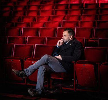 Elementary - Nachdenklich im Zuschauerraum: Der aktuelle Fall führt Sherlock...