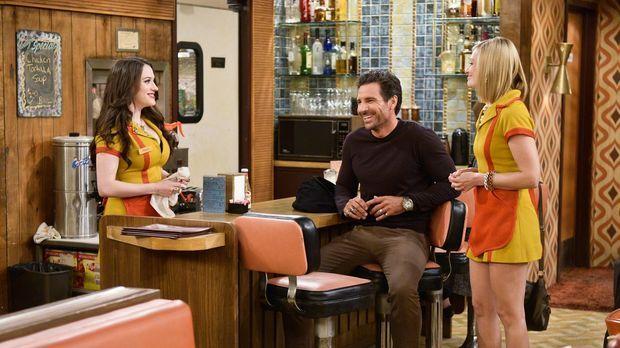 Randy (Ed Quinn, M.) lädt Max (Kat Dennings, l.) und Caroline (Beth Behrs, r....