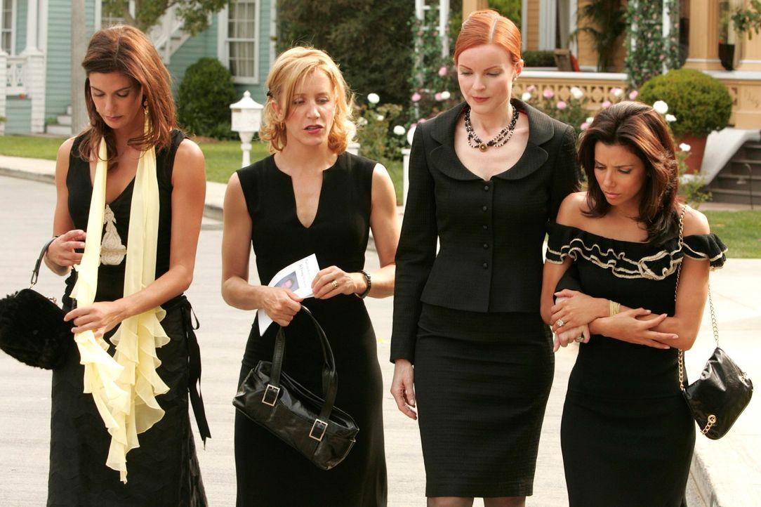 Lynette (Felicity Huffman, 2.v.l.), Gabrielle (Eva Longoria, r.) und Susan (Teri Hatcher, l.) stehen Bree (Marcia Cross, 2.v.r.) in der schweren Zei... - Bildquelle: 2005 Touchstone Television  All Rights Reserved