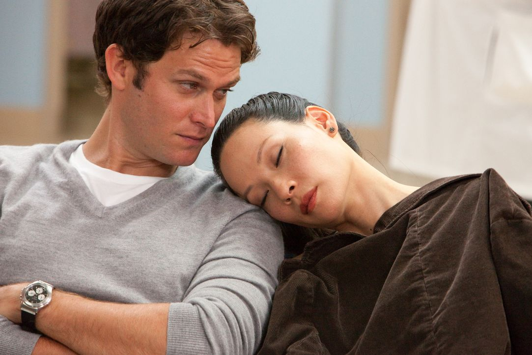 Ihre Beziehung entwickelt sich alles andere als problemlos: Rae (Lucy Liu, r.) und Luke (Steven Pasquale, l.) ... - Bildquelle: Bob Mahoney CPT Holdings, Inc.  All Rights Reserved.     (Sony Pictures Television International)