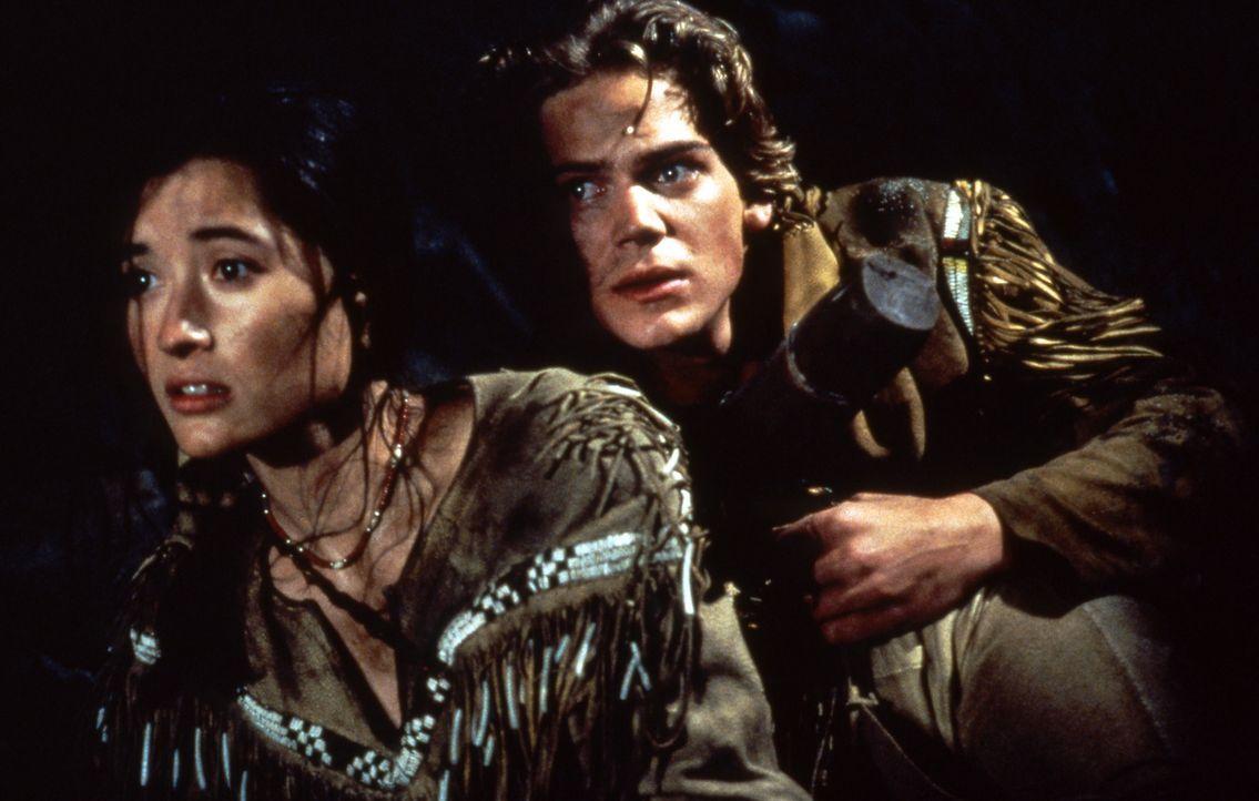 Henry (Scott Bairstow, r.) und Lily (Charmaine Craig, l.) wagen das Unmögliche. Glücklicherweise haben sie in Wolfsblut einen starken Mitstreiter... - Bildquelle: Doug Curran Walt Disney Company. All rights reserved.