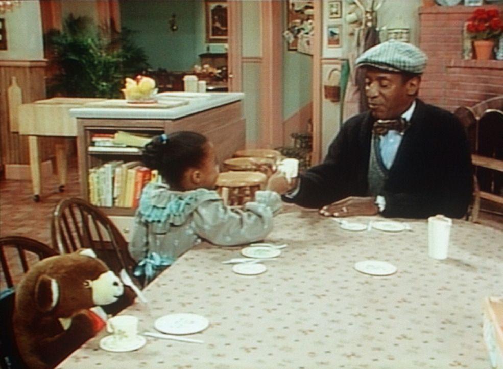Cliff (Bill Cosby, r.) hat sich breitschlagen lassen, mit Rudy (Keshia Knight Pulliam, l.) den Five O'Clock Tea zu nehmen. Er hat sich dafür extra... - Bildquelle: Viacom
