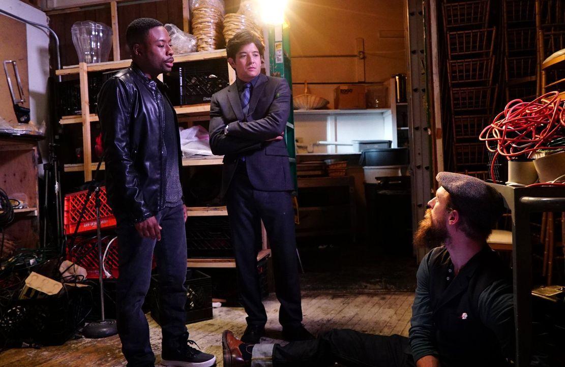 Carter (Justin Hires, l.) und Lee (Jon Foo, M.) ermitteln, als eine junge Frau plötzlich verschwunden ist ... - Bildquelle: Warner Brothers