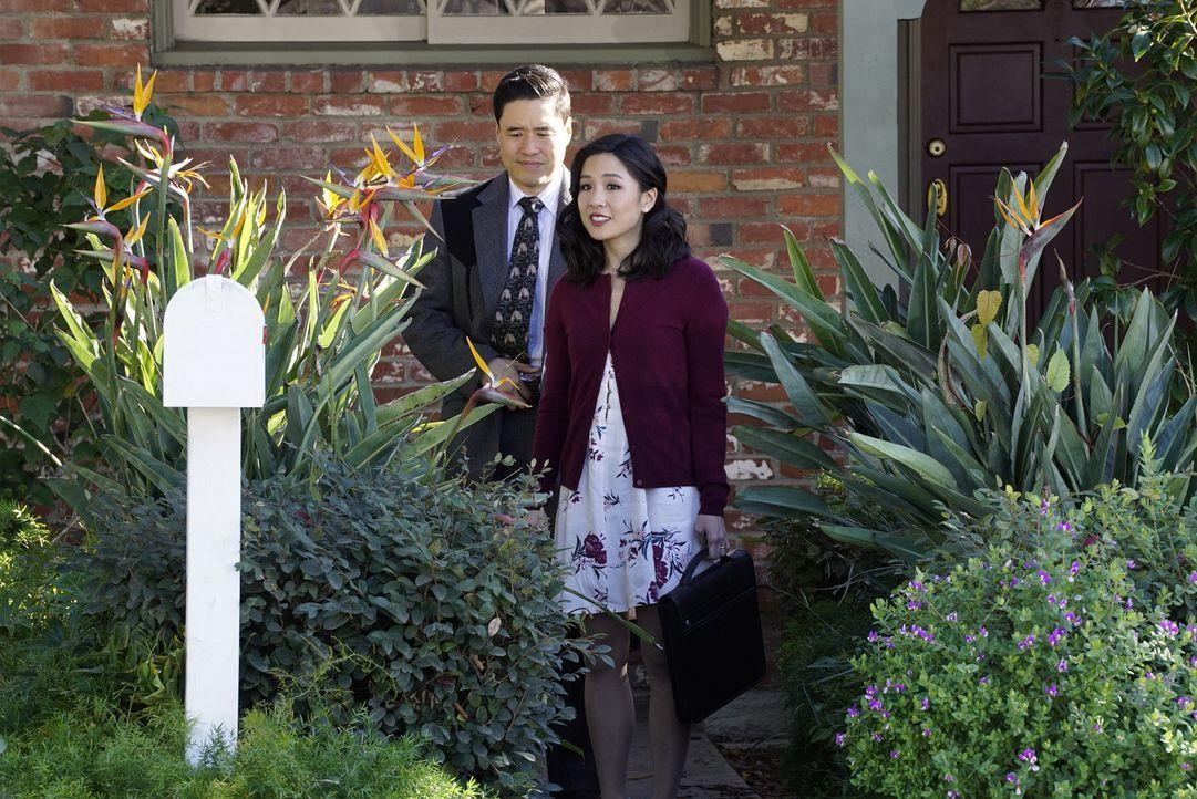 Noch herrscht Frieden im Paradies, doch das ändert sich schon bald, denn Jessica (Constance Wu, vorne) erfährt, dass ihr Mann Louis (Randall Park, h... - Bildquelle: 2016-2017 American Broadcasting Companies. All rights reserved.