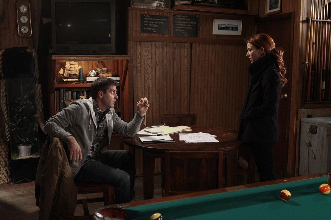 Bei der Suche nach einer wichtigen Augenzeugin, stößt Carrie (Poppy Montgomery, r.) auf Clancy Watts (Paul Fitzgerald, l.). Doch wird er ihr weiterh... - Bildquelle: 2011 CBS Broadcasting Inc. All Rights Reserved.
