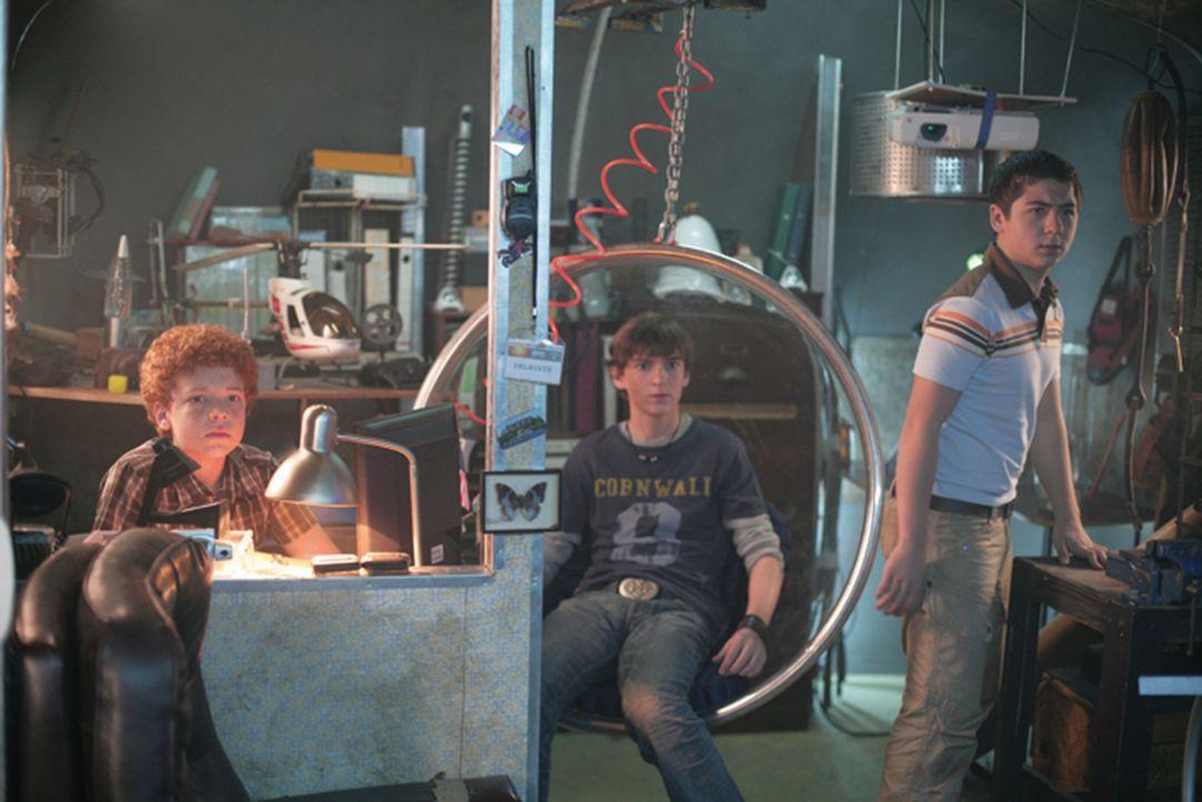Durch ein mysteriöses Video geleitet, begeben sich die drei Kinderdetektive Justus (Chancellor Miller, r.), Peter (Nick Price, M.) und Bob (Cameron... - Bildquelle: Disney