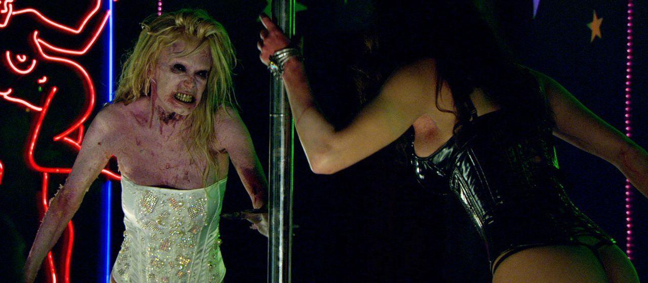 Stripperinnen Kat (Jenna Jameson, l.) und Lillith (Roxy Saint, r.) verwandeln sich dank eines Zombievirus' in übermenschliche, Fleisch fressende Zom... - Bildquelle: 2007 Worldwide SPE Acquisitions Inc. All Rights Reserved.