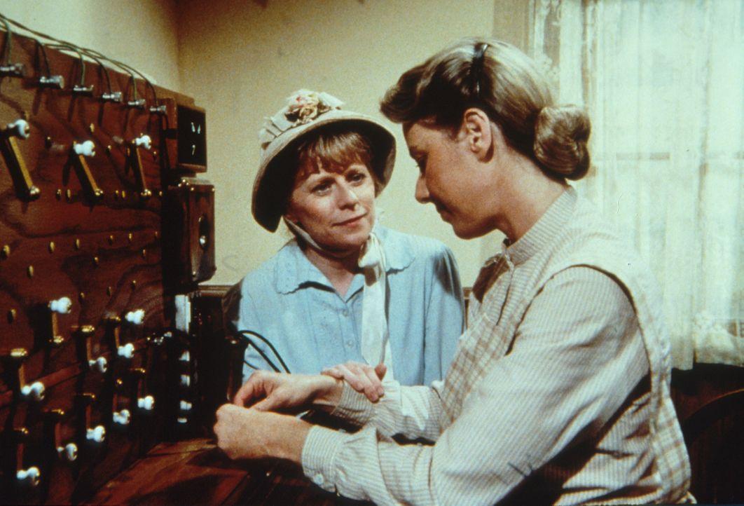 Caroline (Karen Grassle, r.) und Helen Crane (Mariclare Costello, l.) sind enttäuscht, dass sie es nicht geschafft haben, Annies leibliche Mutter da... - Bildquelle: Worldvision