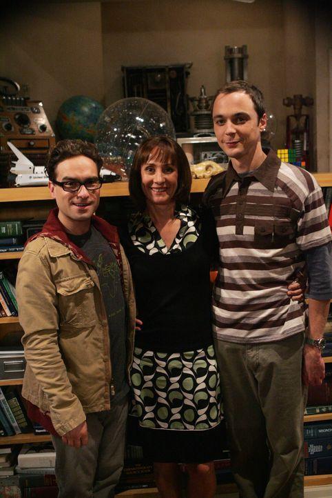 Um Sheldon (Jim Parsons, r.) wieder Vernunft zu bringen, hat Leonard (Johnny Galecki, l.) nur noch eine Idee: Er muss Mary (Laurie Metcalf, M.), She... - Bildquelle: Warner Bros. Television