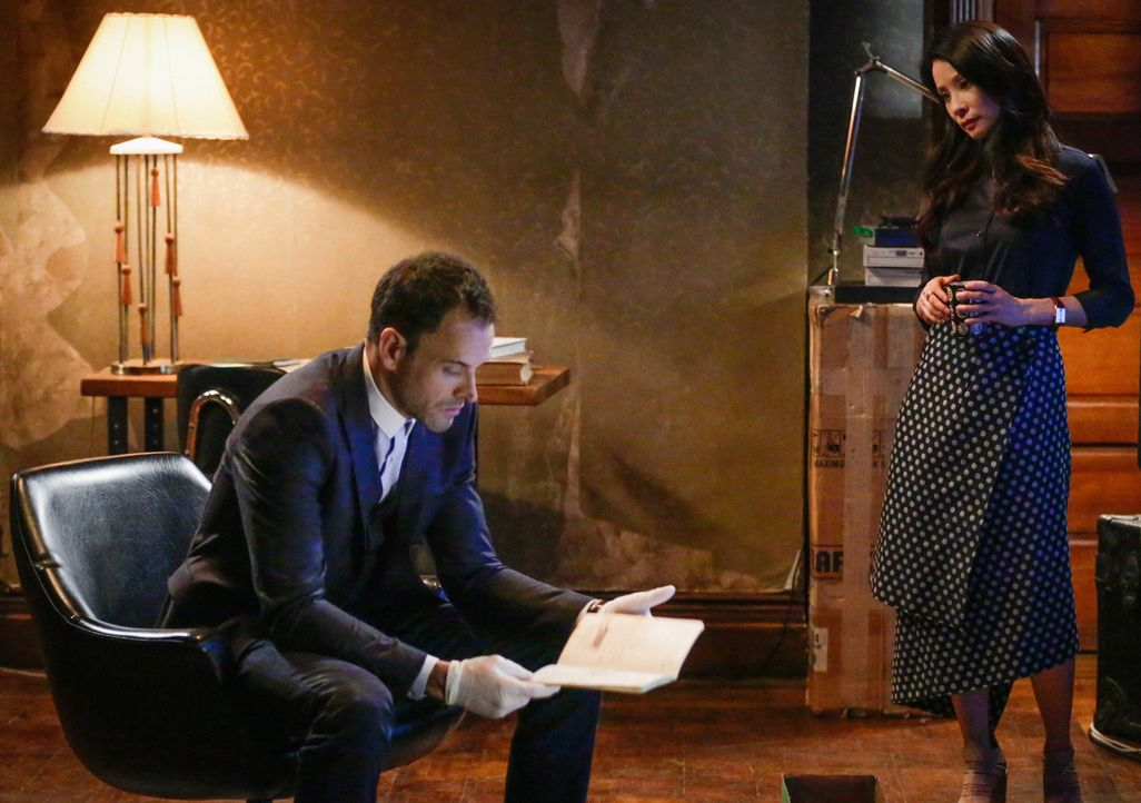 Als sie eine erschreckende Entdeckung über Sherlock (Jonny Lee Miller, l.) macht, konfrontiert Joan (Lucy Liu, r.) ihren Freund und Kollegen damit .... - Bildquelle: 2015 CBS Broadcasting Inc. All Rights Reserved.