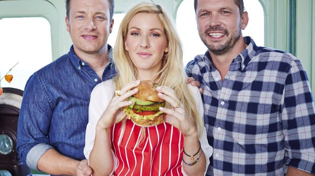Während sich Ellie Goulding (M.) der Burger Herstellung widmet, baut sich Jim...