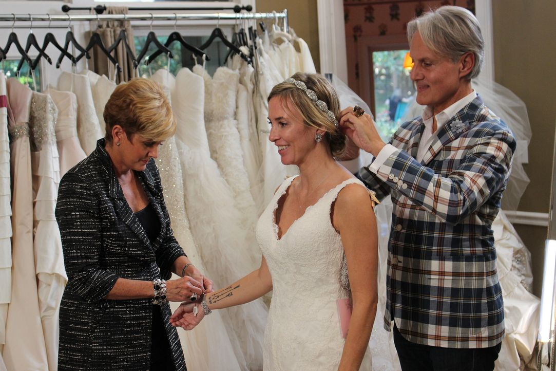 Lori (l.) und Monte (r.) machen einen Hausbesuch bei einer ganz besonderen Braut: Anna (M.) heiratet in zwei Tagen und hatte bisher keine Zeit ein K... - Bildquelle: TLC & Discovery Communications