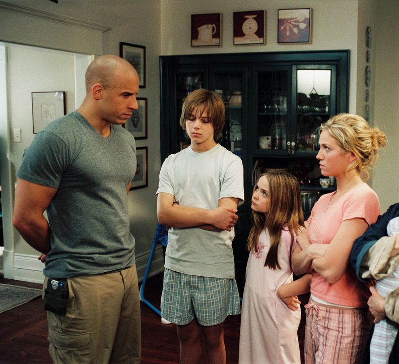 Bei der Mission, einen Regierungswissenschaftler zu beschützen, versagt Soldat Shane Wolfe (Vin Diesel, l.). Als dessen Familie in Lebensgefahr ger... - Bildquelle: Walt Disney Pictures, Spyglass Entertainment. All Rights Reserved