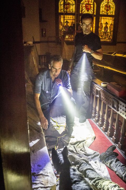 Auf der Suche nach dem Mörder von Unteroffizier Michael Thompson untersuchen die Special Agents Dwayne Pride (Scott Bakula, l.) und Christopher LaSa... - Bildquelle: Skip Bolen 2017 CBS Broadcasting, Inc. All Rights Reserved