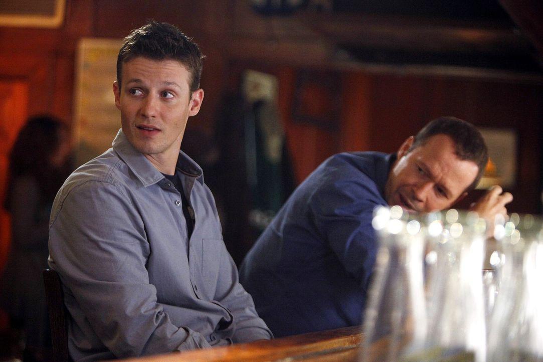 Jamie (Will Estes, l.) und Danny (Donnie Wahlberg, r.) wollen den Abend in einer Bar ausklingen lassen, doch schon gibt es neue wichtige Erkenntniss... - Bildquelle: 2010 CBS Broadcasting Inc. All Rights Reserved