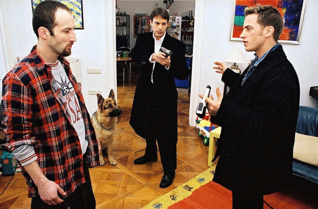 Der Eishockeyspieler Harald Seiz (Marc Richter, r.) bedroht seinen Kollegen Peter Klein (Robert Viktor Minich, l.) wegen eines vermeintlichen Versic... - Bildquelle: Ali Schafler Sat.1