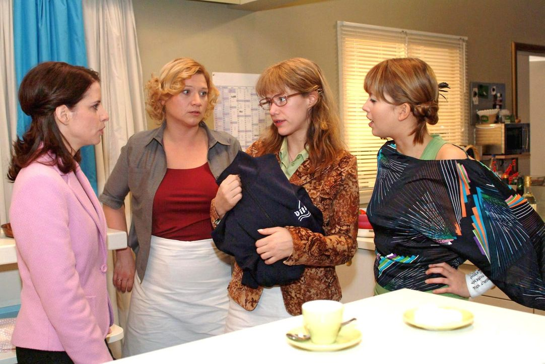 Lisa (Alexandra Neldel, 2.v.r.) gibt sich Inka (Stefanie Höner, l.), Agnes (Susanne Szell, 2.v.l.) und Hannah (Laura Osswald, r.) als Lebensretteri... - Bildquelle: Sat.1