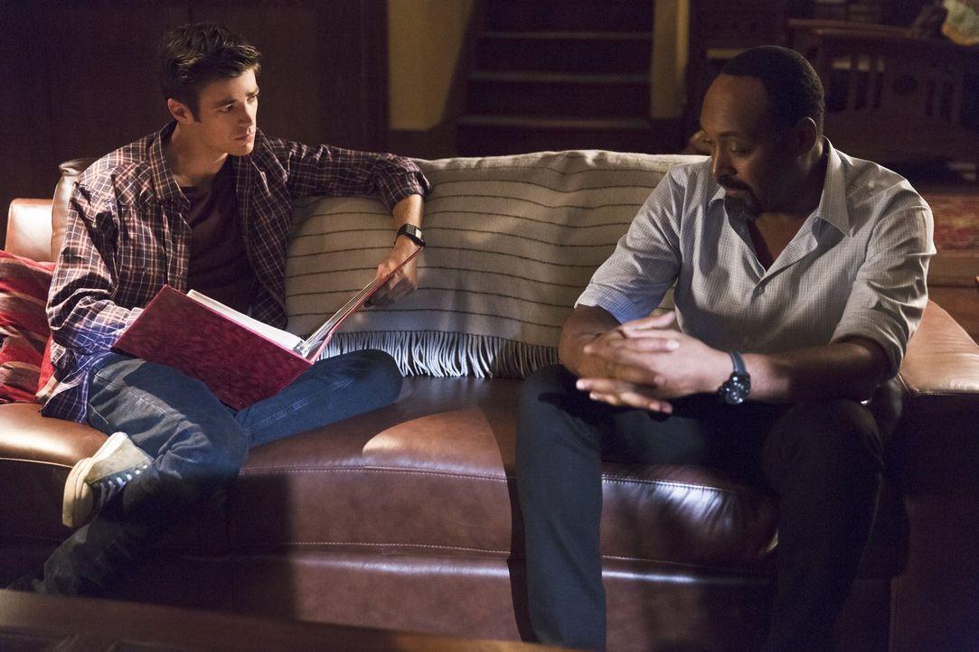 Nach der Rückkehr von Iris Mutter sucht Joe (Jesse L. Martin, r.) Rat bei Barry (Grant Gustin, l.) ... - Bildquelle: 2015 Warner Brothers.