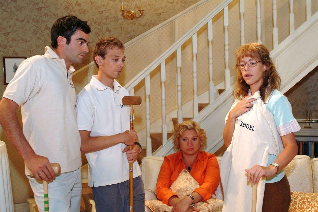 Lisa (Alexandra Neldel, r.) fühlt sich geschmeichelt, als David (Mathis Künzler, l.) sie vor Jürgens (Oliver Bokern, 2.v.l.) und Agnes' (Susanne Sze... - Bildquelle: Monika Schürle Sat.1