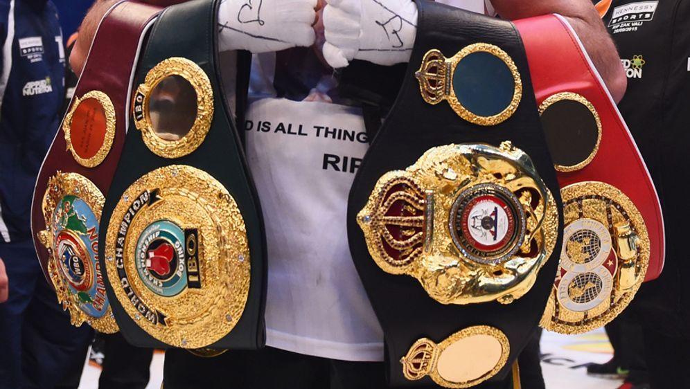 Der King of the Ring - und die Objekte der Begierde: Die WM-Gürtel! - Bildquelle: 2015 Getty Images